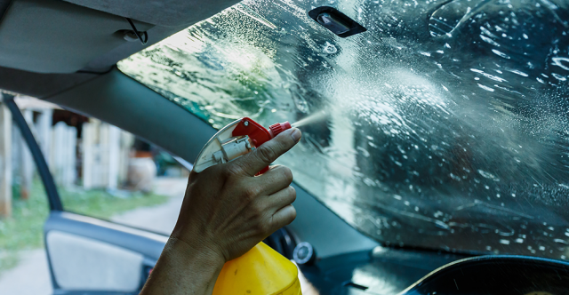 Ne conduisez pas dans le brouillard : supprimez les pellicules qui causent un éblouissement